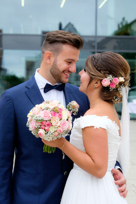 Braut und Bräutigam vor Standesamt Heilbronn