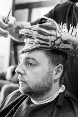 Tätovierte Hand beim Barber