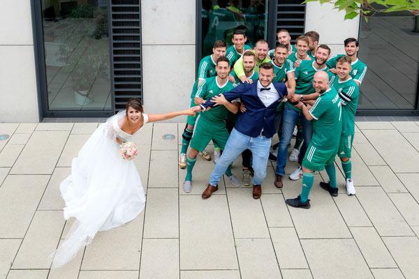 Trennung Bräutigam von Braut durch Fußballmannschaft