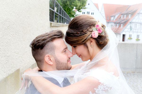 Braut Kopf an Kopf mit Bräutigam