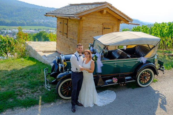 Brautpaar mit Oldtimer und Hütte in den Weinbergen Remshalden