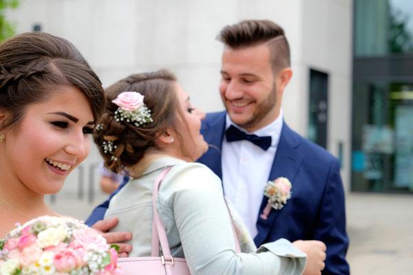 Bräutigam mit Trauzeugin der Braut