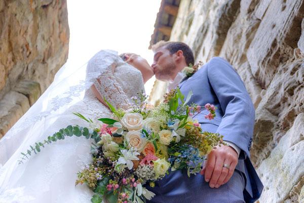 Brautpaar Kuss mit Blumenstrauß Hochzeit Burg Lichtenberg
