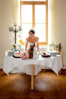Braut mit Torte in der Weinvilla Heilbronn