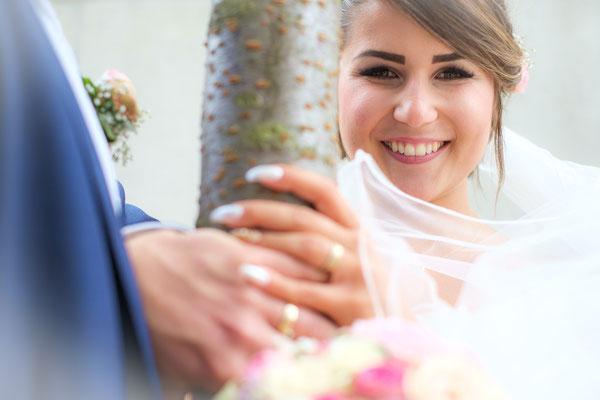 Hände Brautpaar mit Ringen