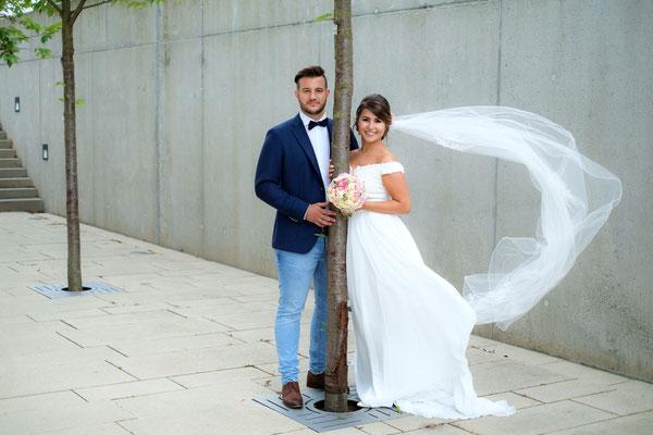 Hochzeitsfoto Brautpaar am Baum in Heilbronn
