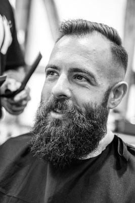 Kunde glücklich beim Barber