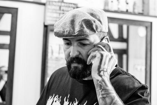 Barber telefoniert