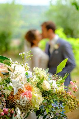 Brautstrauß mit Brautpaar küssend im Hintergrund Burg Lichtenberg
