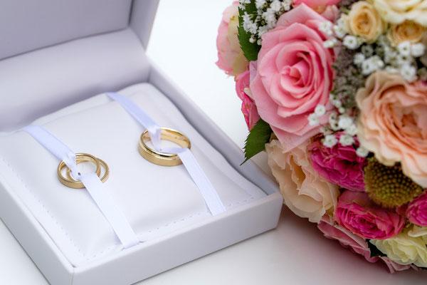 Eheringe mit Brautstrauß