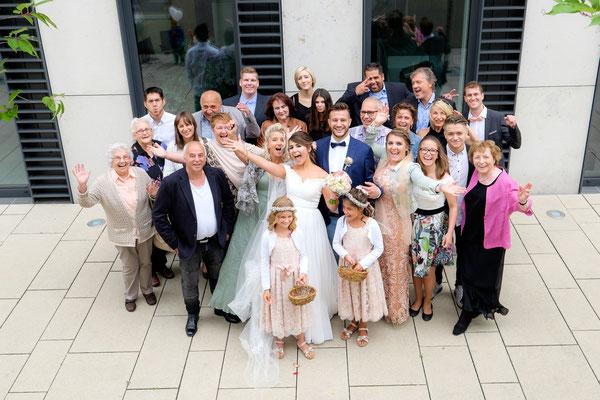 Hochzeitsgäste mit Brautpaar
