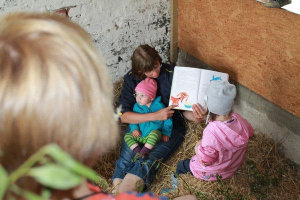 Geschichten vorlesen in der Stohspielscheune