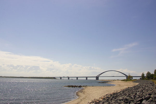 Fehmarnsundbrücke mit Strand Quelle: Tourismus-Service Fehmarn Foto: Stefan Sobotta