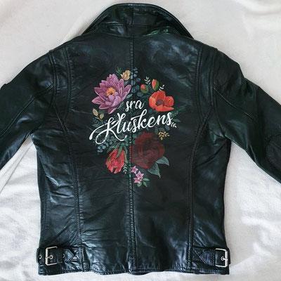 bloemen op jasje geschilderd
