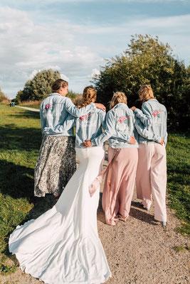 samen met bruidsmeisjes in een spijkerjasje