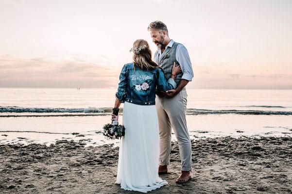 strandbruiloft trouwen op strand jasje