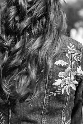 jasje met bloemen voor bruidsmeisje