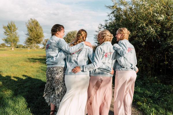 zussen en vriendin als bruidsmeisje