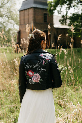 kalligrafie op leren jasje bruidsmode trouwjurk trouwfotograaf