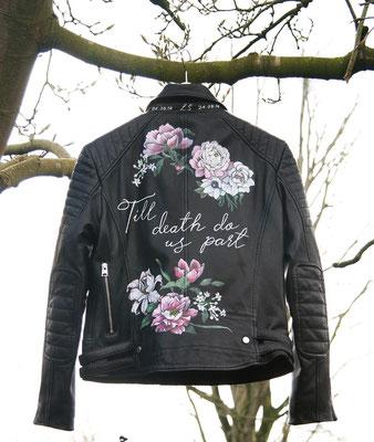 quote met bloemen op jasje bruid