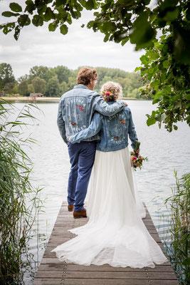 bruid en bruidegom in spijkerjasjes