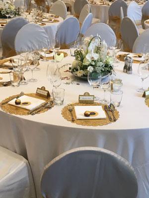 Gedeckte Hochzeitstafel in Gold