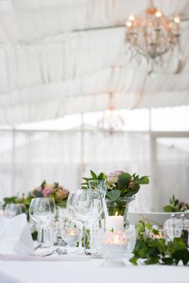 Schlichte Hochzeitstafel in Weiß
