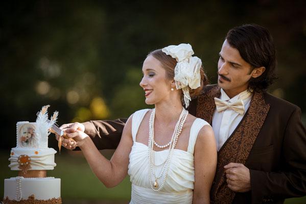 20er Jahre Wedding Shooting - Anschneiden der Hochzeitstorte