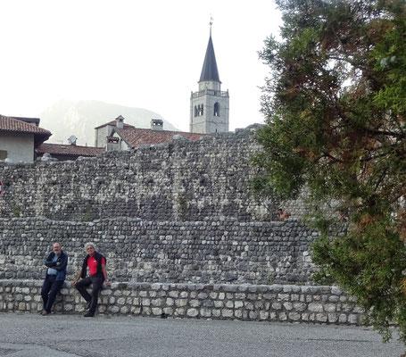 An der Stadtmauer von Venzone