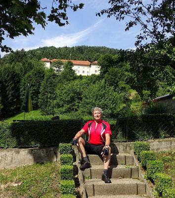 Vorm Schloss Neuhaus