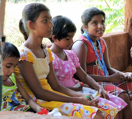 Kinder der Familie mit Geschenken
