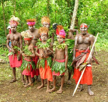 Tanzgruppe vor der Höhle