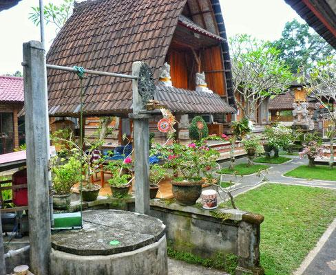 Brunnen und Reisspeicher