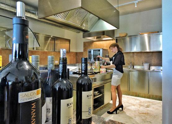 Isabella an der Weinbar