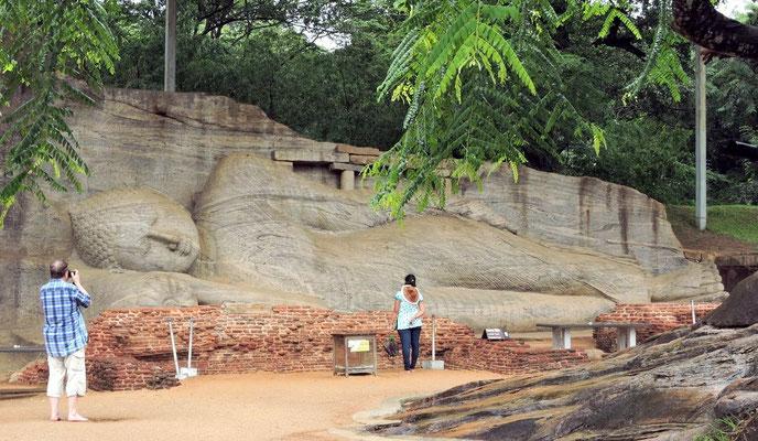 ...und liegende Buddha