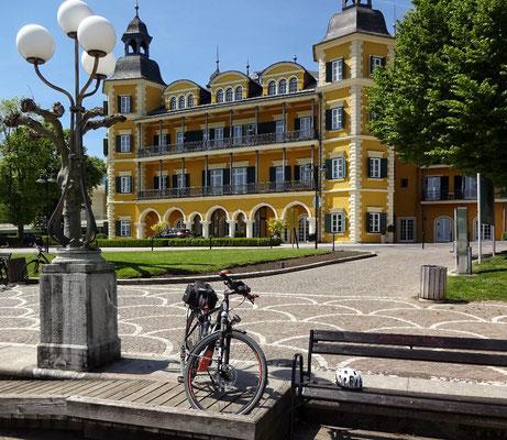 vor dem Schlosshotel