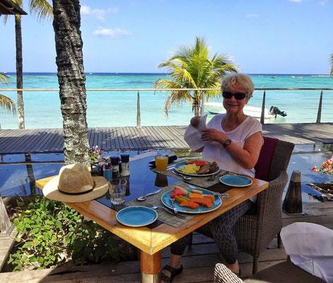 Beim Frühstück im Beach Comber Hotel