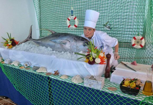 Unsere Küchenchefin mit Thunfisch vor dem Grill