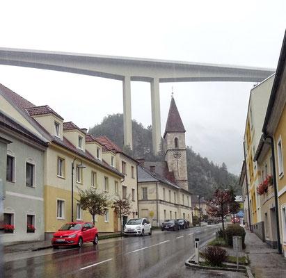 Schottwien mit Autobahnbrücke
