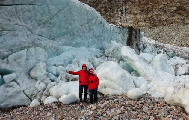 Wir vorm Gletscher