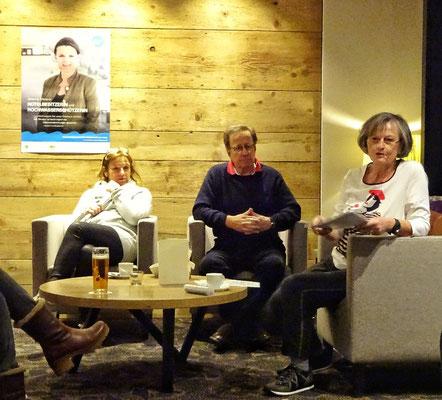 Im Hotel erklärt die Reiseleiterin Christine das Programm
