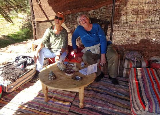 Maggy und Lotte beim Tee