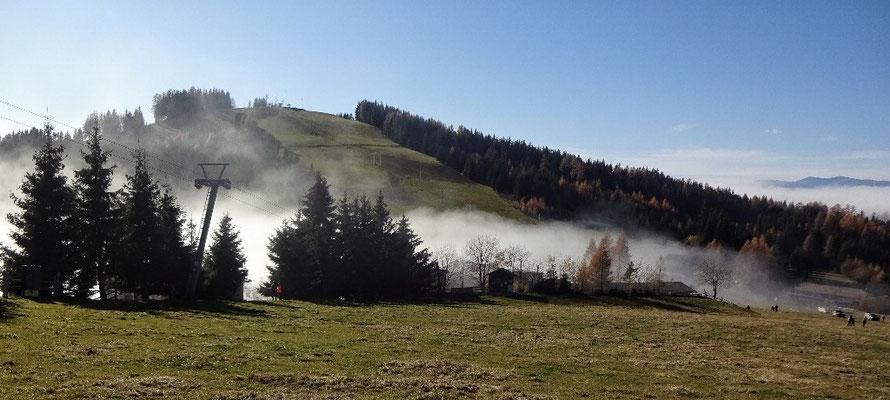 Nebel zieht über die Passhöhe
