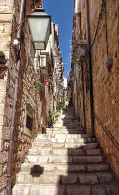 Bergauf zur Stadtmauer