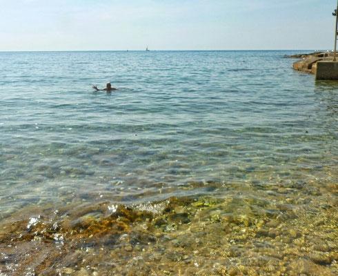 Der erste Schwimmer! Saukalt!