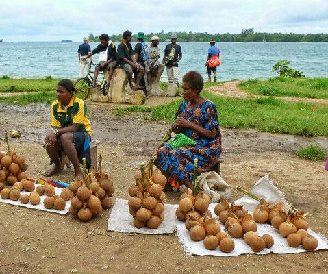 Kokosnüsse am Markt von Kavieng