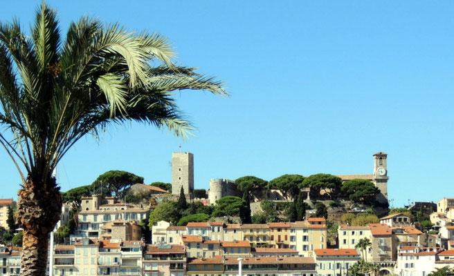 """Ältester Stadtteil Le Suquet mit der  Burg und dem Uhrturm des """"Musée de la Castre"""""""