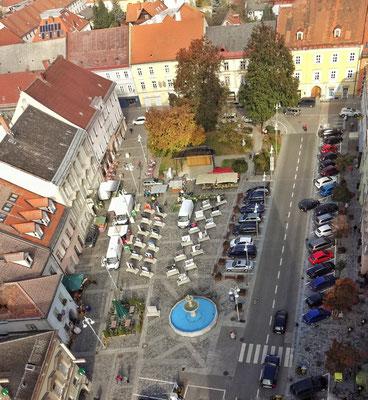 Haupt-Platz mit Fotoausstellung und Wochenmarkt