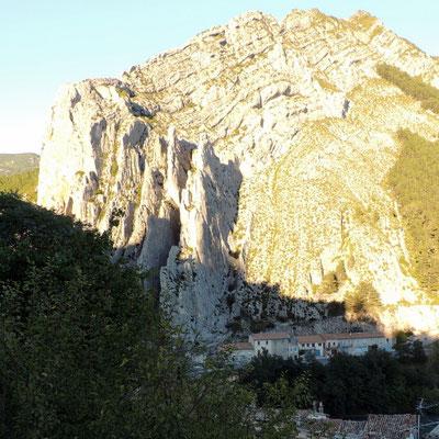 Wahrzeichen von Sisteron: bizarre, gigantische  Kalkfels-Rippen