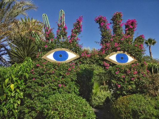 Zwei Hände mit Augen